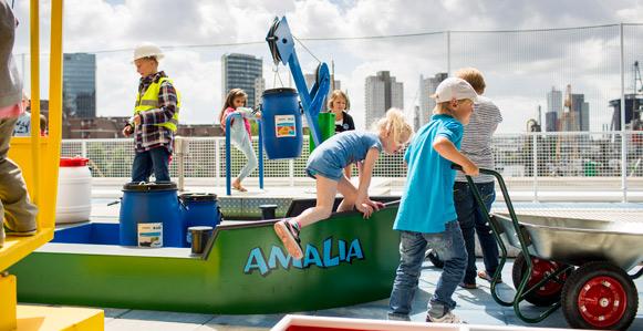 Kinderen laden en lossen met Professor Plons in het Maritiem Museum Rotterdam