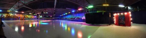 Discoschaatsen in de ijshal van IJsbaan De Meent Bauerfeind in Alkmaar