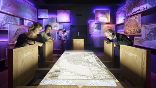 Bezoekers bekijken een maquette in Het Grachtenhuis