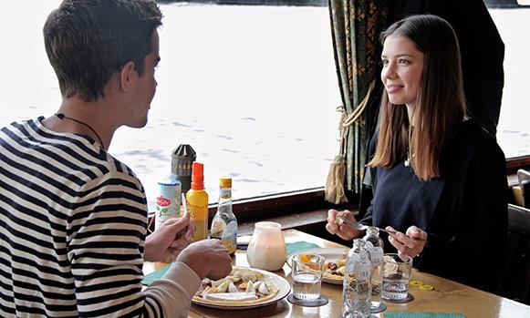 Tijdens een vaartocht over de Waal onbeperkt pannenkoeken eten